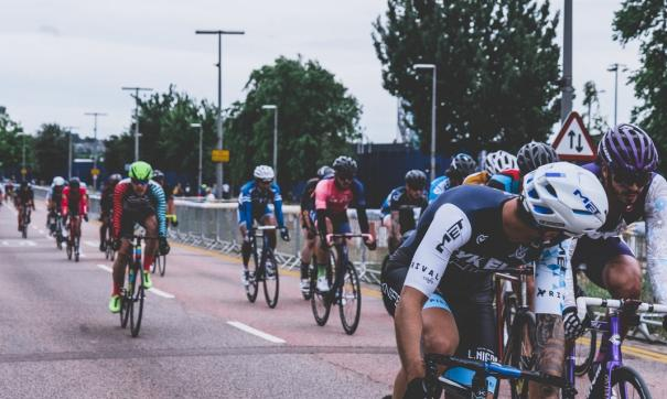На Васильевском спуске две с половиной тысячи велосипедистов выстроились, образовав фигуру велосипеда.