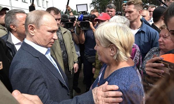 Путин посетил пункты размещения пострадавших от наводнения в Приангарье