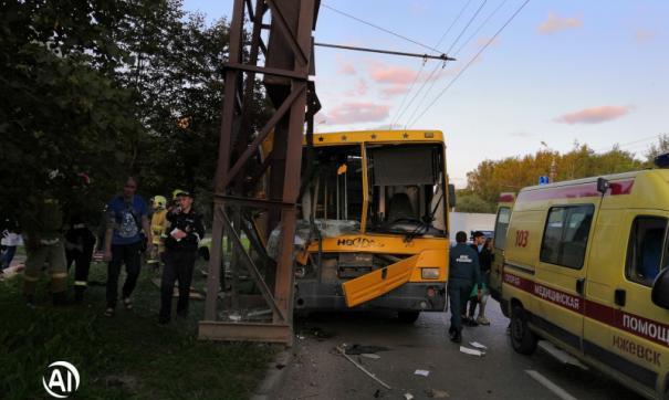 В Удмуртии автобус врезался в опору теплотрассы
