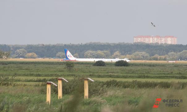 По словам пассажиров, сначала они паниковали, но уверенные действия пилотов позволили им взять себя в руки