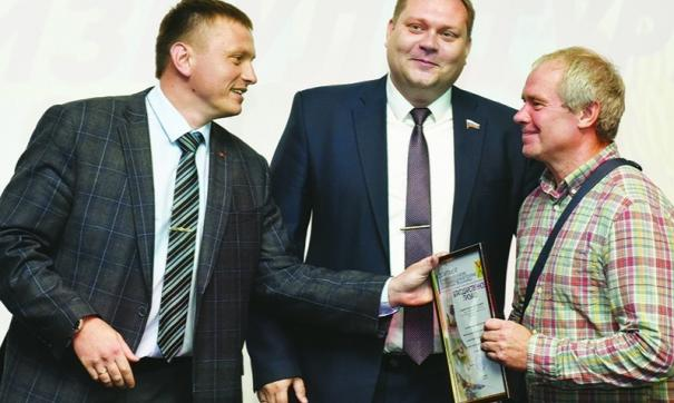 Спортсменов АПЗ поздравили с праздником представители горадминистрации