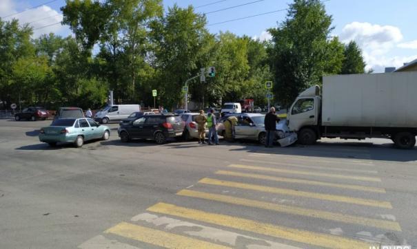 Массовая автомобильная авария произошла в Екатеринбурге