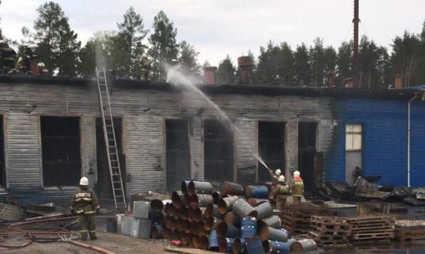 На заводе в Свердловской области тушат пожар