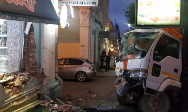 Житель Владивостока едва не погиб под колесами мусоровоза