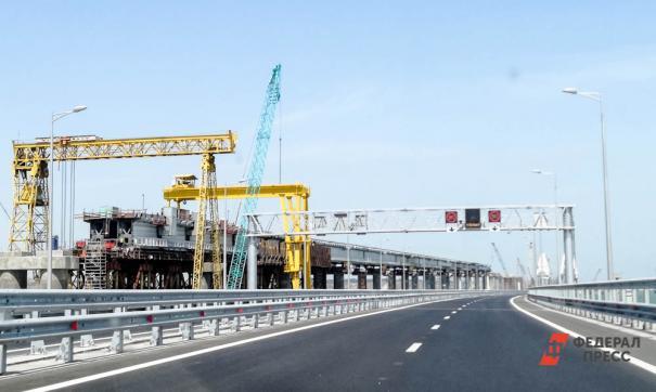 Ролик с выезжающим с моста грузовым составом появился накануне в сети.