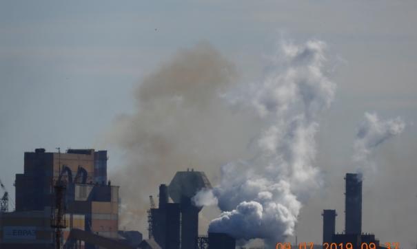 Местные общественники утверждают, что кратковременный ярко-оранжевый дым в городе виден практически ежедневно.