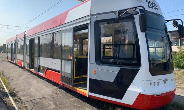 Вчера новый трамвай создал пробку на путях