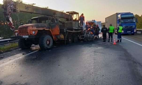 В автокатастрофе с краном на Среднем Урале погибли два человека
