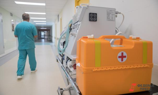 Врач идет по коридору больницы