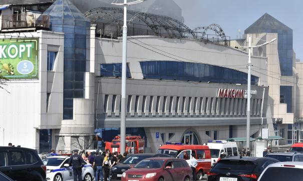 Предприниматели вывозят оборудование из сгоревшего ТЦ во Владивостоке