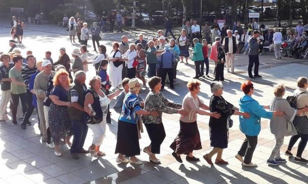 Во Владивостоке прощание с летним танцевальным сезоном прошло на площадке перед Домом молодежи.