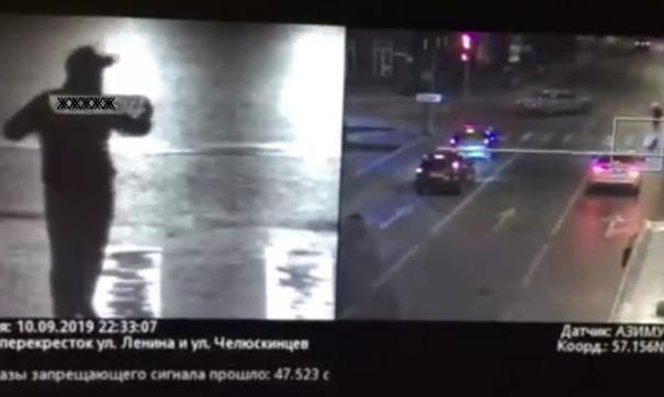 С чужим госномером в руках тюменец «проехал» на красный свет светофора.