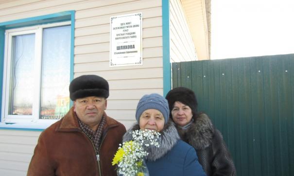 Старейший директор школы в РФ (в центре) объяснила, почему ученикам на селе лучше, чем в Москве