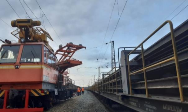 Машинист поезда применил экстренное торможение, но столкновение избежать не удалось