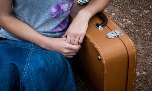 Желание молодых уехать связано с поисками лучшей жизни и высокой зарплаты