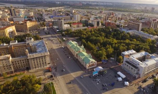 В новосибирской мэрии (здание слева) тоже ждут результатов выборов