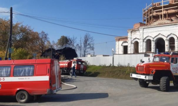 Сгоревшая церковь и стройка каменного храма