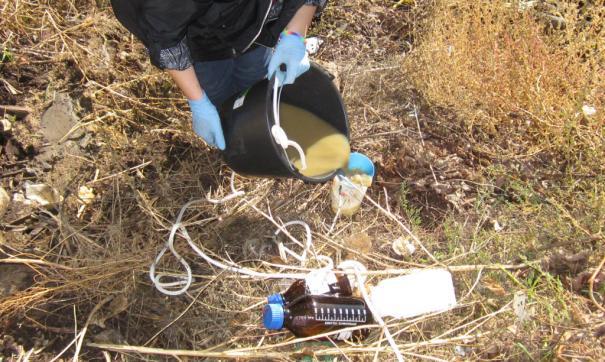 Специалисты Росприроднадзора взяли пробы почвы и жидкости, выливавшейся из трубы
