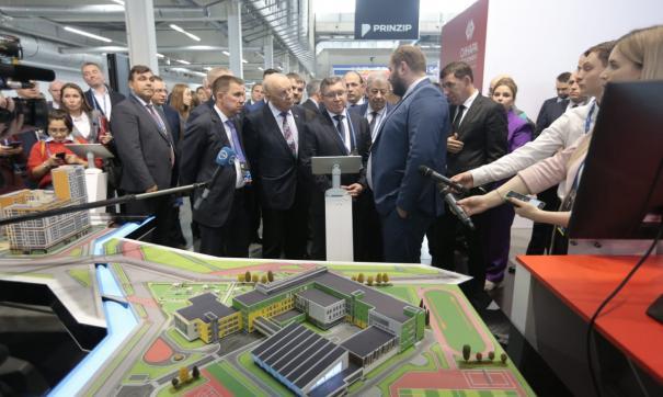 Министр строительства РФ и свердловский губернатор осмотрели 100+ Forum Russia
