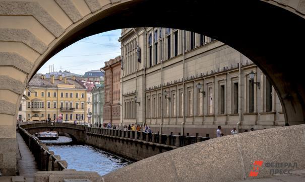 У Петербурга появился новый туристический логотип с изображением Петра I на бирюзовом фоне