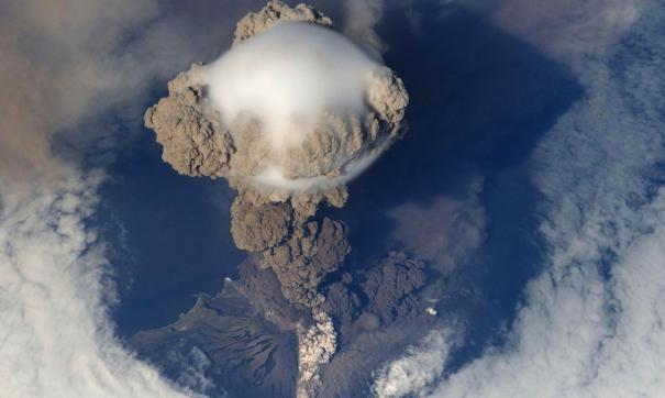 На Курилах из-за выброса вулканического пепла ограничили полеты