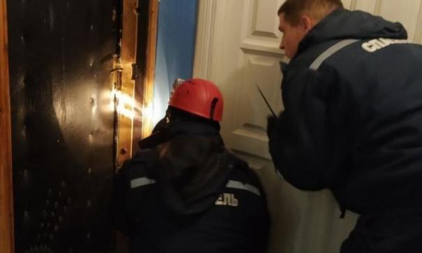 Сотрудникам ведомства пришлось выломать дверь. Пожилая женщина находилась в беспомощном состоянии