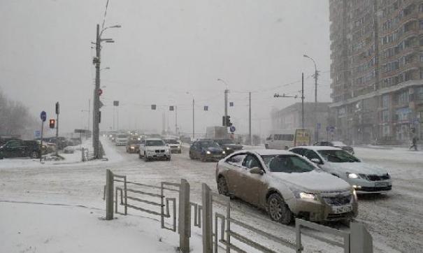 На дорогах работает более 600 единиц снегоуборочной техники. Дорожники рассчитывают очистить трассы к утру пятницы
