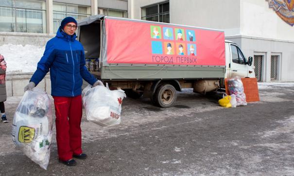 В рамках мероприятия более пятисот человек сортировали мусор, принимали жестяные банки, лампы, термометры