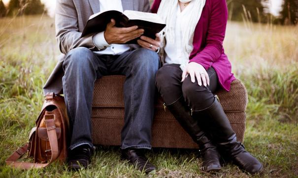 Врачи порекомендовали женщинам сидеть с разведенными ногами