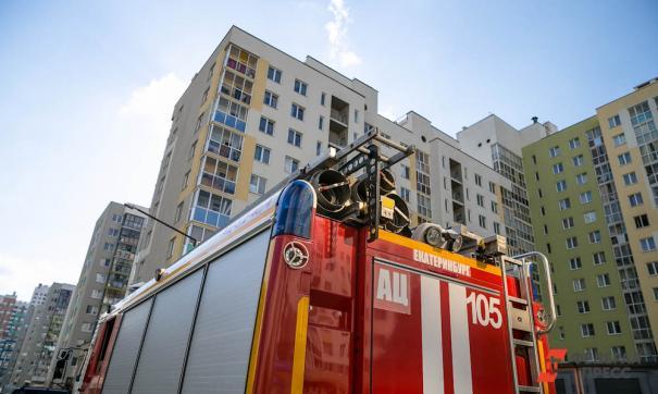 Екатеринбургские спасатели и 17 пожарных машин тушили бытовое помещение