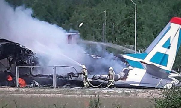 В результате воздушное судно врезалось в здание расположенное рядом с взлетной полосой и загорелось