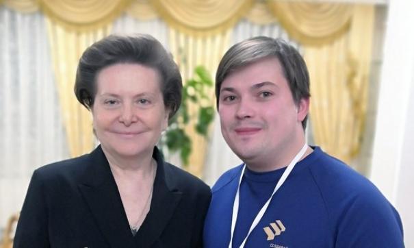Александр Калашник получил диплом из рук губернатора Югры Натальи Комаровой