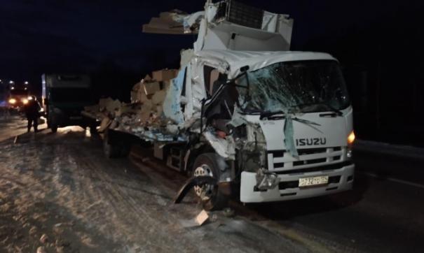 Под Екатеринбургом грузовик с колбасой протаранил фуру