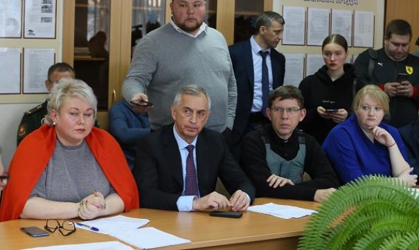 Виктор Тупикин (второй слева) считает, что надо внимательно следить за котельной