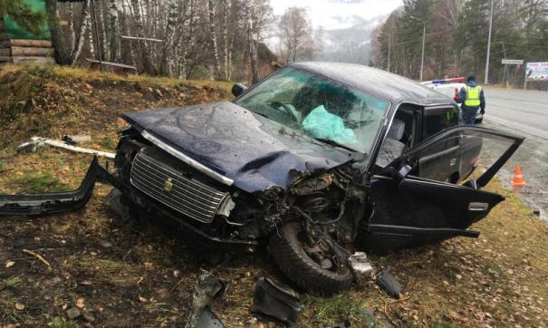 Автомобиль слетел с дороги и врезался в дерево