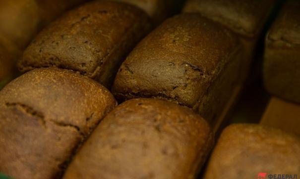 Хлеб разбросало по всей трассе