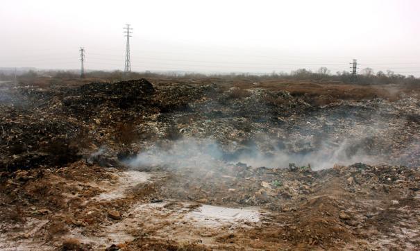 Горы мусора на свалке не утилизируются, а продолжают тлеть