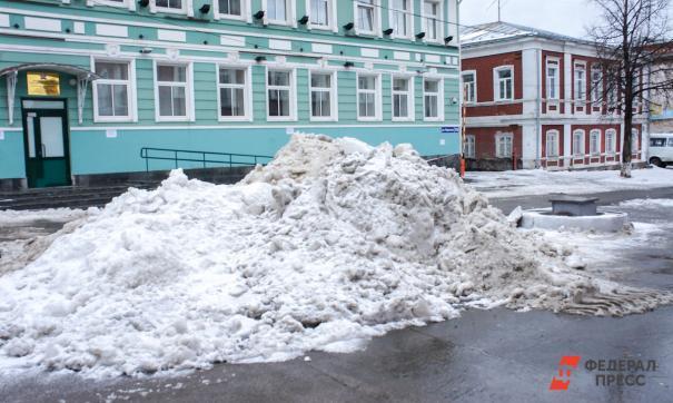 Житель Ноябрьска не смог попасть домой после уборки снега
