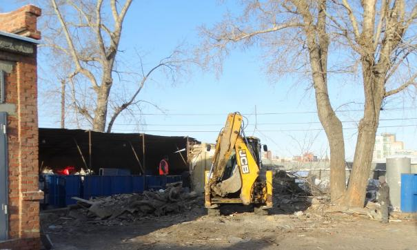 Спецтехника завершает работы по сносу здания