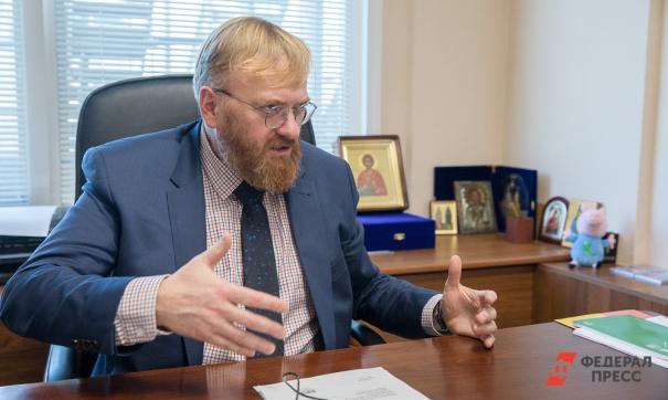 Милонов призвал запретить священникам ездить на люксовых иномарках