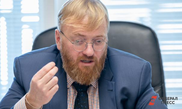 Милонов призвал украшать города только искусственными елками