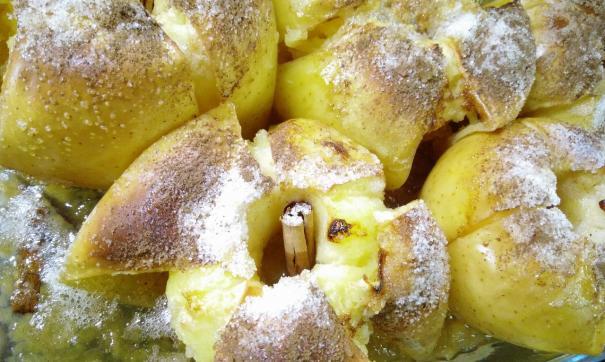 Эксперты выяснили, что печеные яблоки с медом помогают справиться с простудой