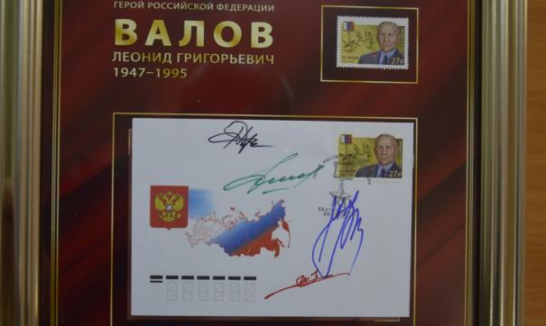 Леонид Валов, спасая жизнь своих молодых товарищей, по рации вызвал огонь на себя и получил огнестрельное ранение.