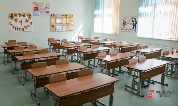 Сенатор Аркадий Чернецкий призвал сохранить вторую смену в школах ради ремонта старых учебных заведений.