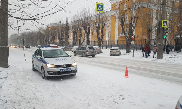 Мужчина переходил дорогу на запрещающий сигнал светофора.