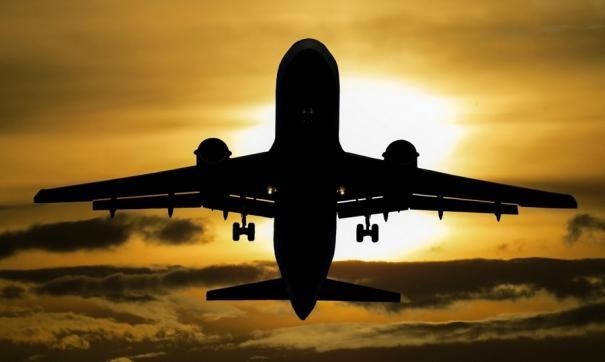 Самолет Ан -148 вылетевший в Красноярск, вернулся в Иркутск из-за трещины в остеклении кабины