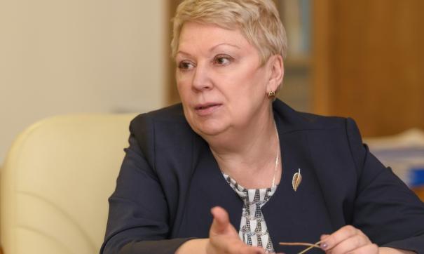 Васильева заявила, что более 10 тысяч школ запретили телефоны на уроках