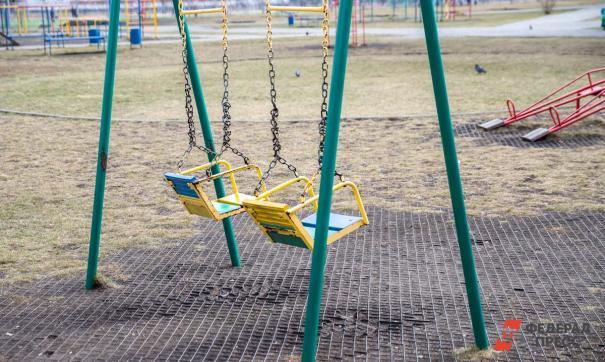 В Екатеринбурге дети могли свариться в кипятке из-за неправильно установленных качелей