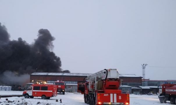 Под Екатеринбургом пожарные тушат склад покрышек