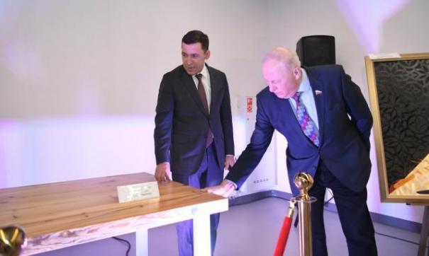 Губернатор Свердловской области Евгений Куйвашев сделал стол с помощью мастеров из Сысерти